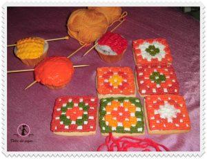 Per la mamma o l'amica, che amano l'uncinetto ecco dei biscotti all'uncinetto e dei cupcake per loro!