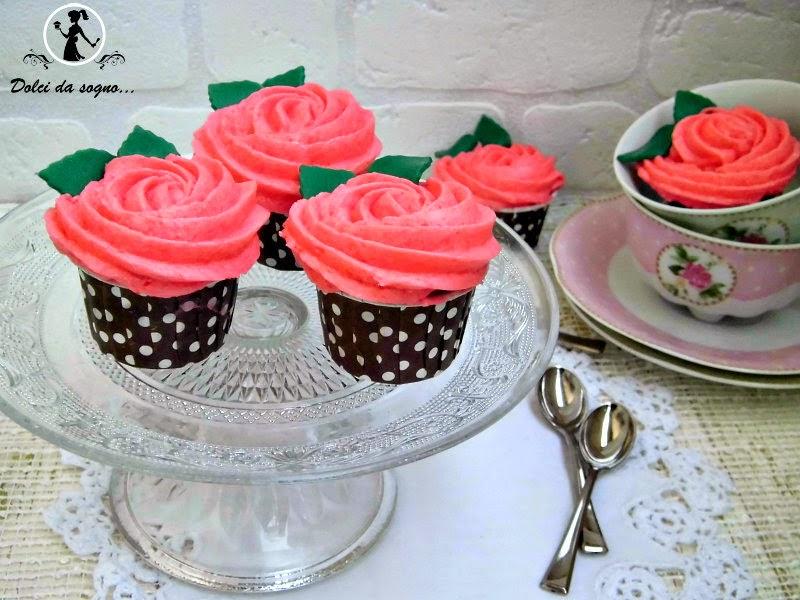 Cupcake al cioccolato con rose di burro