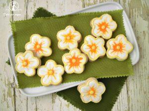 Biscotti fiorellini decorati con ghiaccia reale 2