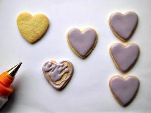 cuori biscotto decorati con pizzi di zucchero