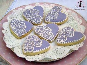 cuori di biscotto decorati con pizzo