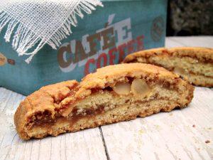 biscotti tagliati con confettura di fichi e scaglie di mandorle