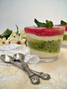 Bicchierini di kiwi, lamponi e crema bianca