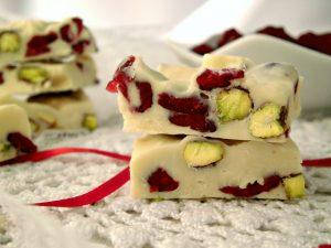 Quadrotti di cioccolato bianco con pistacchi e mirtilli rossi