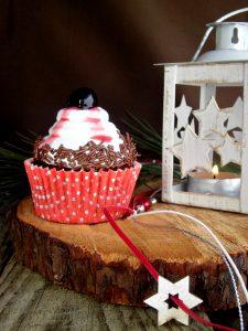 cupcake al cioccolato con panna e amarena