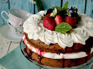 Sponge cake con gocce di cioccolato panna e fragole