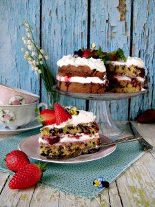 Victoria sponge cake con gocce di cioccolato panna e fragole