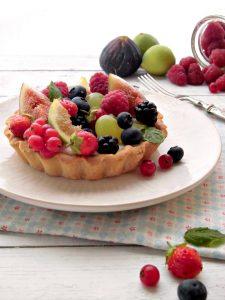 Crostatine con mascarpone e frutta fresca con frutti di bosco fichi e uva