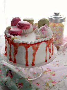 Drip cake con gelatina macarons meringhe