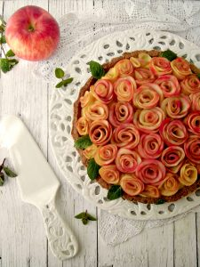 Crostata senza zucchero con rose di mela.jpg