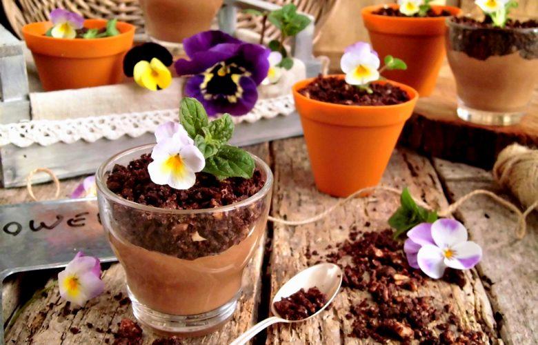 Vasetti fioriti di mousse al cioccolato