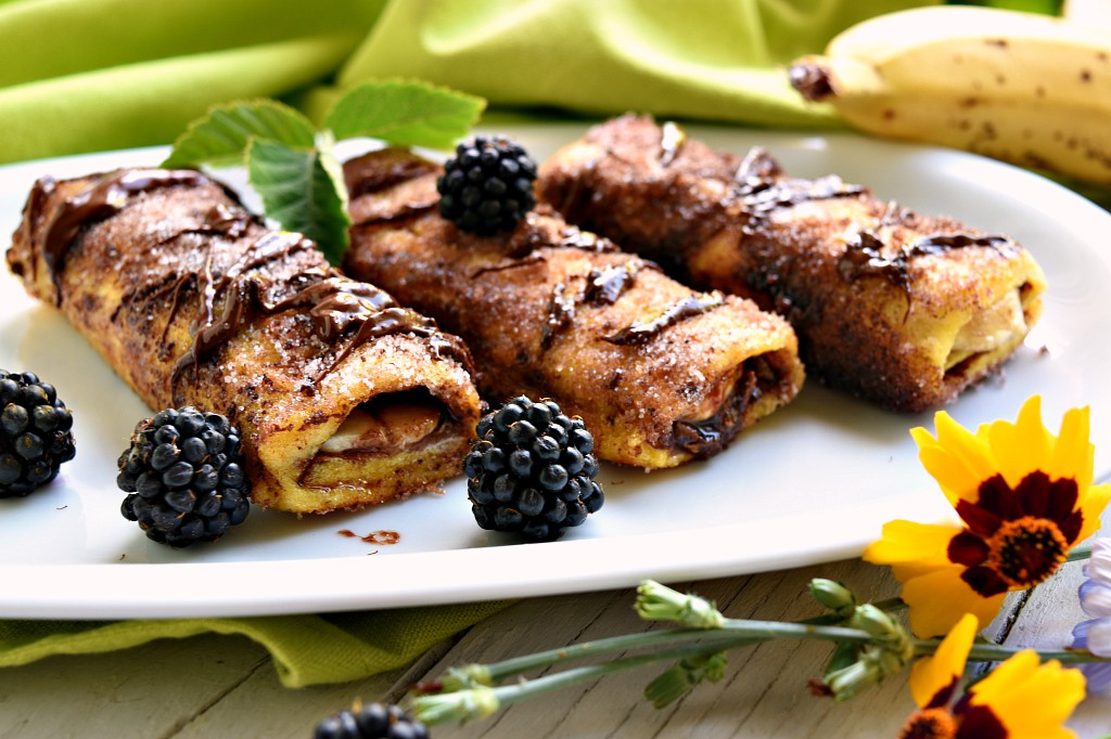 French toast roll-ups con cioccolato, more e banane