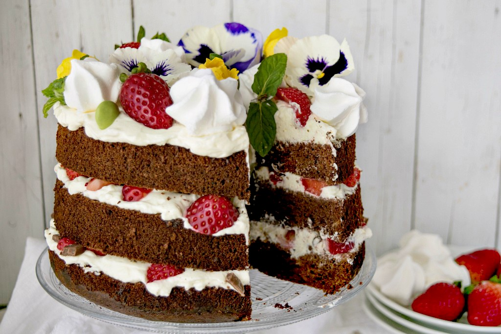 Chiffon cake al cioccolato con panna e fragole