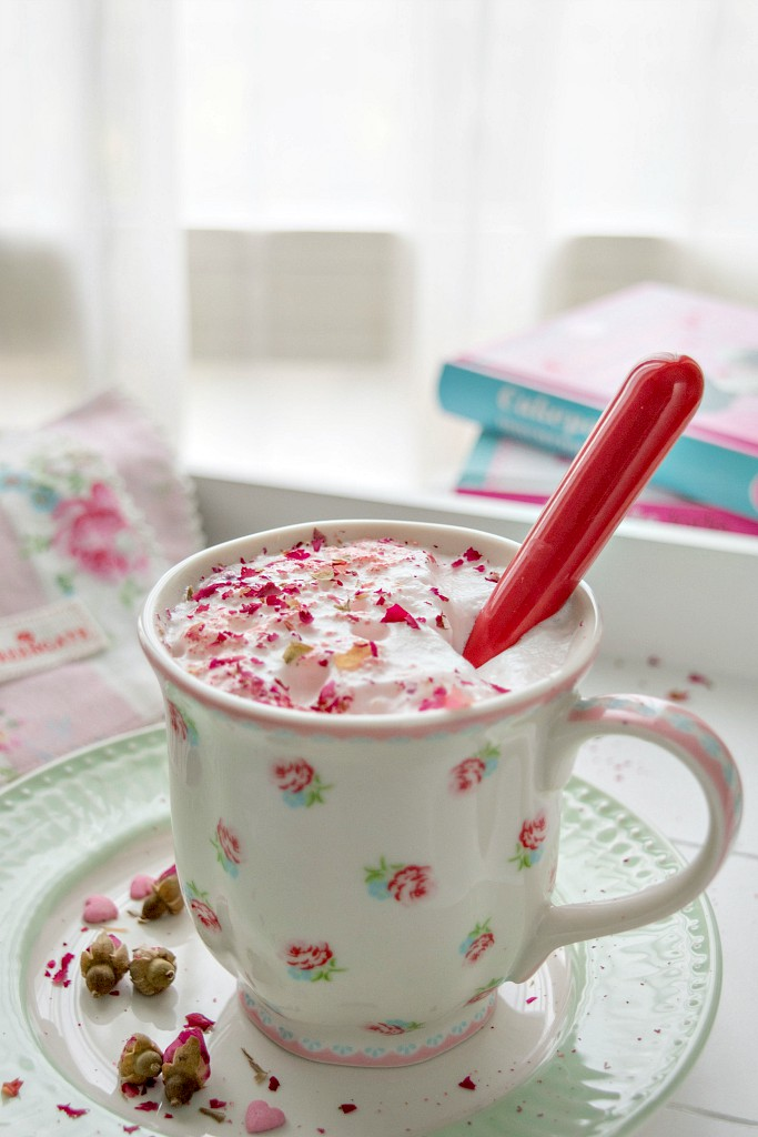 latte caldo alla rosa - rose hot milk