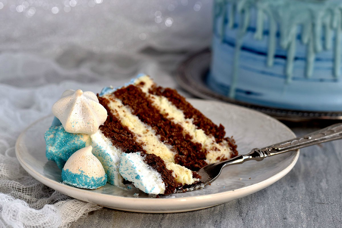 torta al cioccolato con pupazzo di neve
