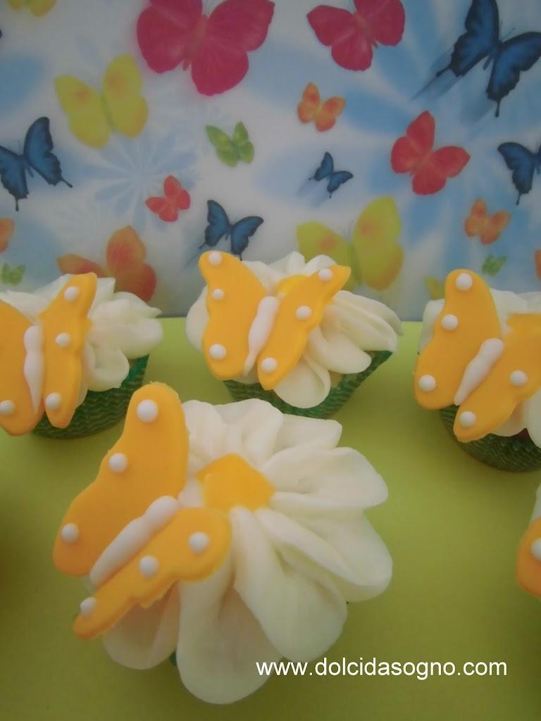 Deliziosi cupcake con farfalla