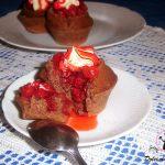 Muffins al cioccolato con salsa di fragole e mascarpone