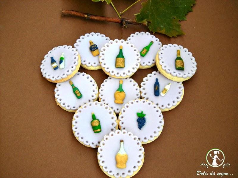 Biscotti decorati con uva e bottiglie di vino