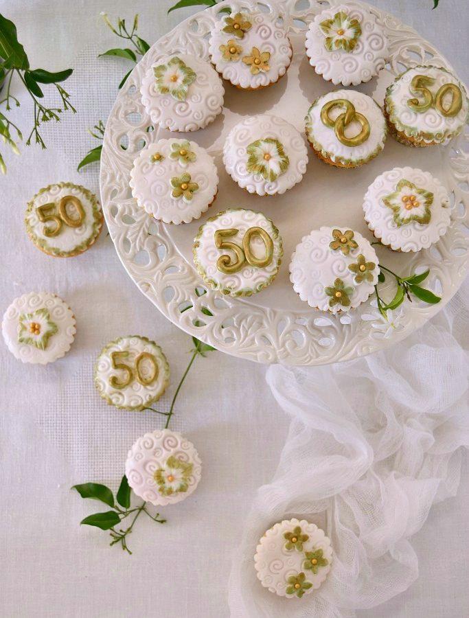 """Cupcakes decorati con pasta di zucchero """"Nozze d'oro"""""""