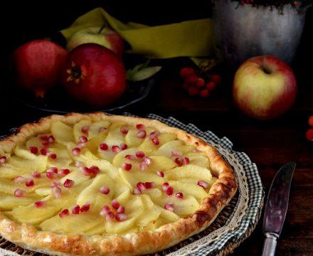 Crostata di pasta sfoglia con mele e melagrana