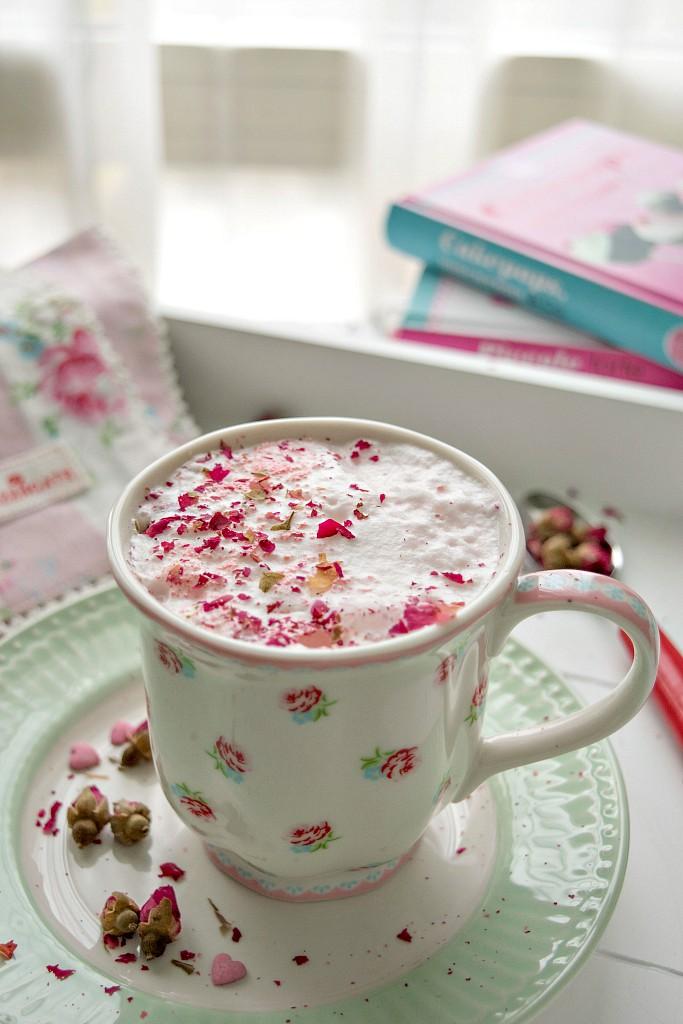 Latte montato alla rosa, una bevanda delicata e floreale