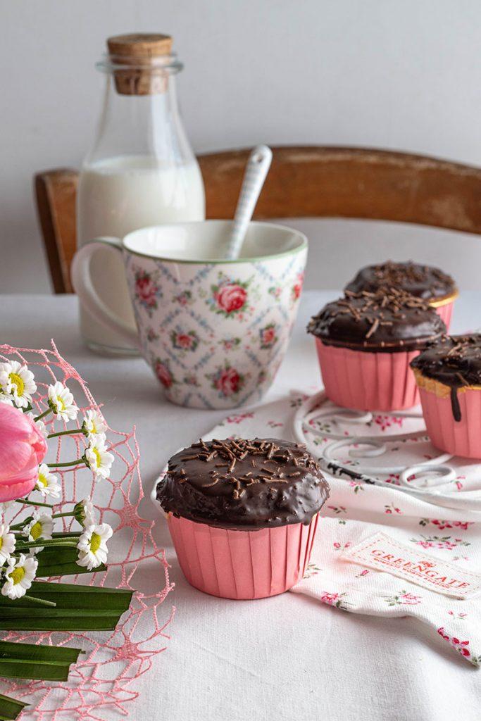 Muffin all'olio con farina di solina, glassati al cioccolato